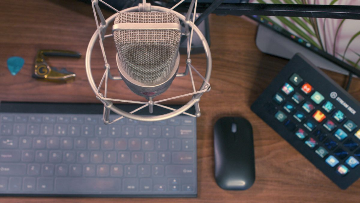 condenser microphone mounted above keyboard on desk for livestreaming music